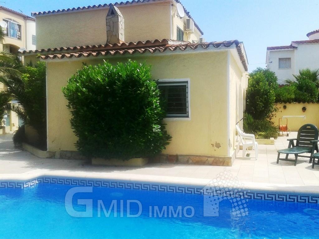 Alquiler casa con piscina privada en empuriabrava for Apartamentos con piscina privada