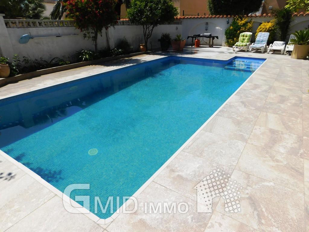 Apartamento con piscina en empuriabrava costa brava for Piscina roses