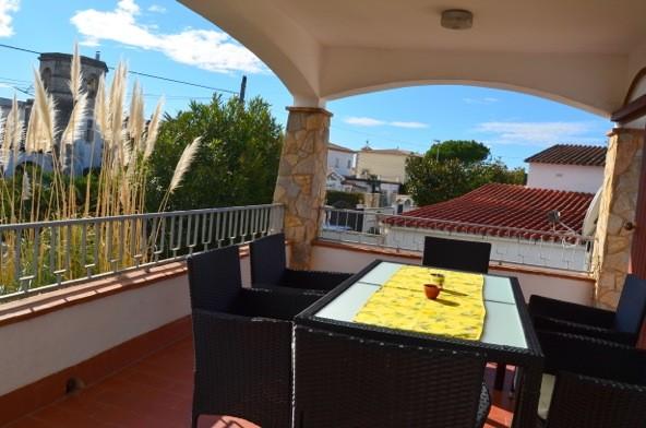 Casa en empuriabrava cerca de la playa con piscina alt for Apartamentos con piscina y playa
