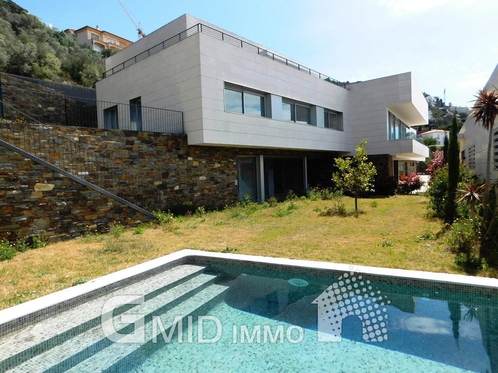 Fabuleuse villa neuve dans la zone du port de roses costa for Villa neuve