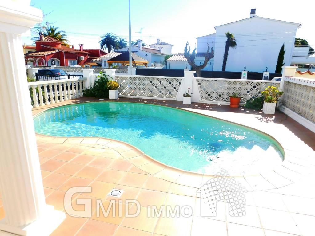 Casa con piscina privada en empuriabrava inmuebles for Piscina privada