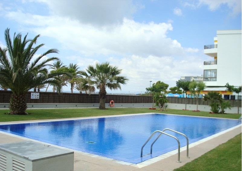 Apartamento en primera linea de mar con piscina y jardines for Piscina roses