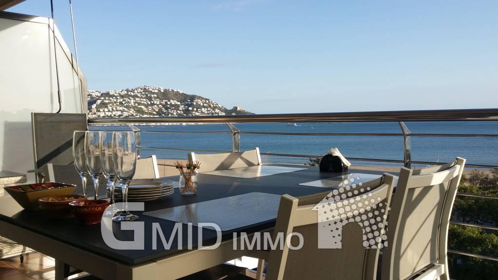 Esplendido atico duplex con piscina, terraza y parking en primera linea de mar Roses