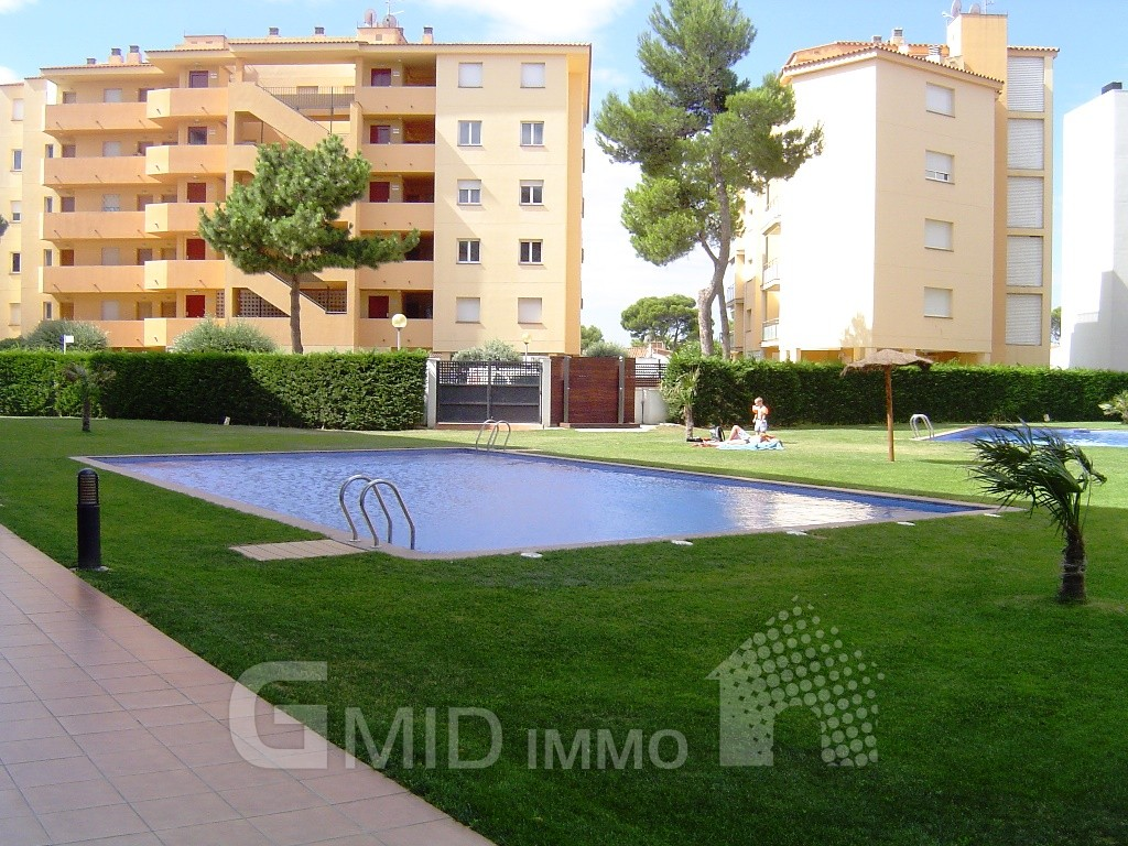 Alquiler moderno piso de vacaciones con piscina y parking for Pisos alquiler empuriabrava