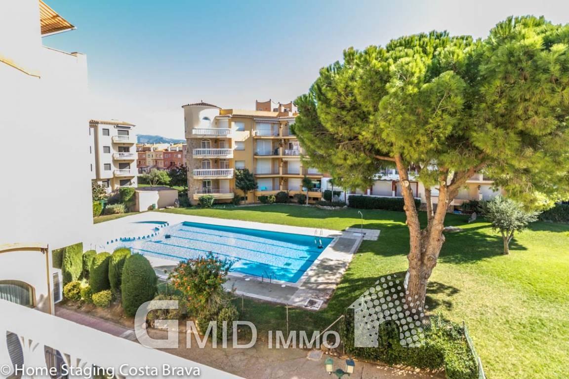 Apartamento de 2 dormitorios con piscina comunitaria a 50 for Apartamentos con piscina y playa