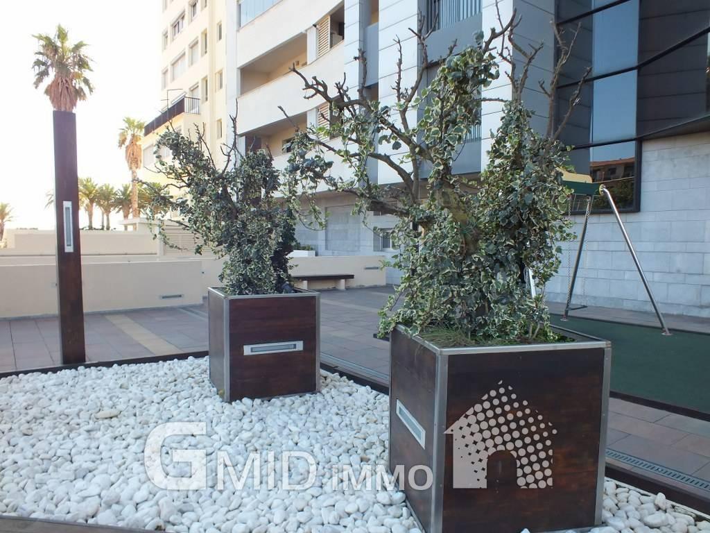 Se alquila piso de 3 dormitorios con espectaculares vistas for Pisos con vistas al mar