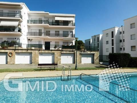 En venta apartamento con 3 habitaciones, piscina y garaje en Roses