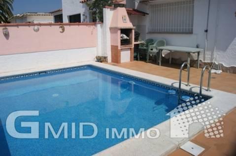 Casa adosada de 4 dormitorios, piscina en zona muy solicitada de Empuriabrava