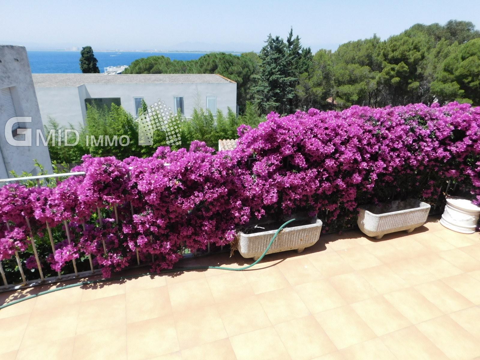 Hermosa villa de 5 dormitorios con mucho potencial a 200 metros de la playa de Roses