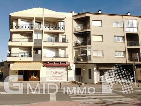 Apartamento de 3 dormitorios y amplia terraza para reformar a 600 metros de la playa en Roses