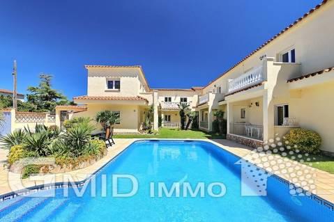 Casa distribuida en 10 apartamentos a 200m de la playa Empuriabrava