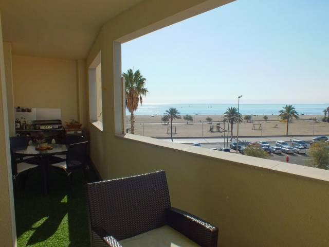 En venta piso de 3 dormitorios, 2 terrazas, piscina con vistas al mar, piscina y parking en Empuriabrava