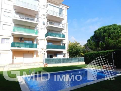 Se vende apartamento de 2 dormitorios, gran terraza, parking y piscina en Santa Margarita, Roses