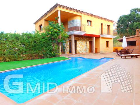 Casa moderna con piscina e garage in Palau Saverdera