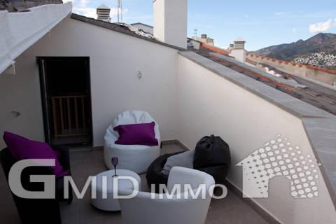 En venta, moderno dúplex ático de 3 dormitorios cerca del centro de la ciudad de Roses