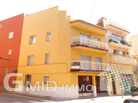 En venta piso de 4 habitaciones y garaje en pleno centro de Roses, Costa Brava
