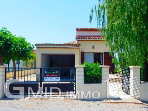 Casa individual 2 habitaciones con garaje y bonita terraza en Empuriabrava