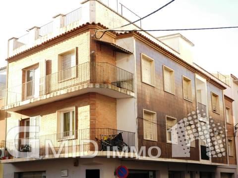 Apartamento para renovar 3 dormitorios en el centro de Roses a 400 m de la playa