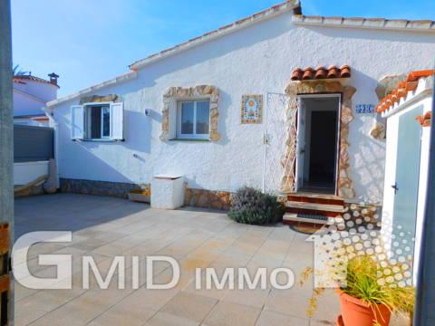 Alquiler vacacional casa de 2 habitaciones con terraza y parking en Empuriabrava