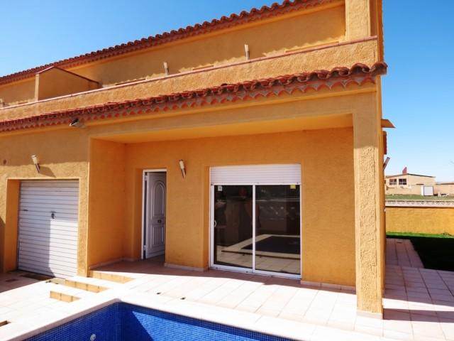 Casa de obra nueva con piscina y garaje en Empuriabrava