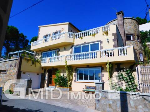 Casa de 4 habitaciones, piscina y garaje y vistas panorámicas sobre bahía de Roses
