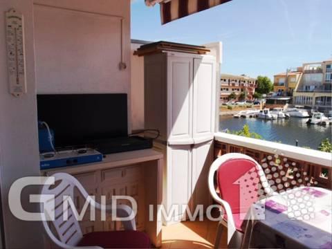 Apartamento de 3 dormitorios con vista al canal, parking y 2 amarres en Empuriabrava.