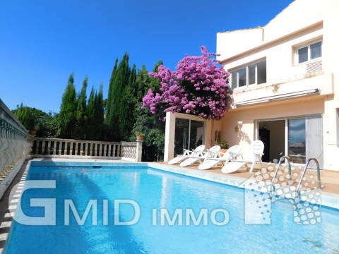 En venta casa con vistas al mar, piscina y garaje en Roses, Costa Brava
