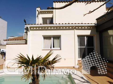 Venta moderna casa con piscina, jardín y garaje en Santa Margarita, Roses