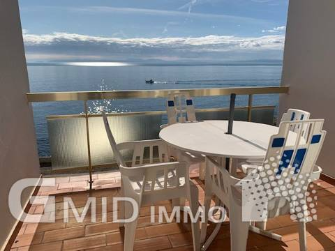 Splendid 1 bedroom apartment on the first line of the sea with parking Roses