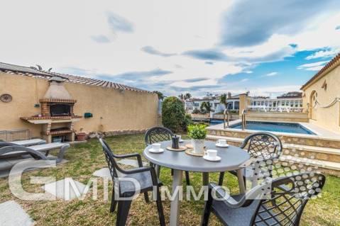 En venta casa de planta baja con piscina privada y amarre en Empuriabrava, Costa Brava