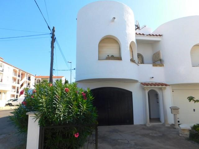 Casa de pescador adosada con amarre y garaje en los canales de Empuriabrava, Costa Brava