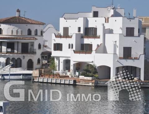 En venta apartamento de 1 dormitorio con vistas al puerto y al canal en el centro de Empuriabrava