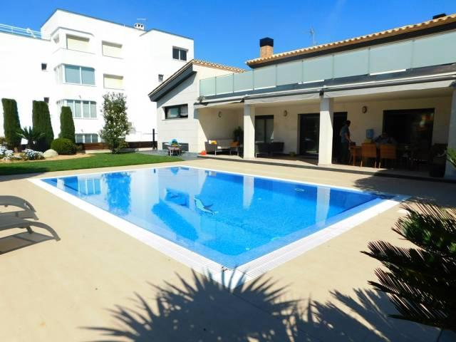 Moderne et spectaculaire villa avec amarre à Santa Margarita, Roses