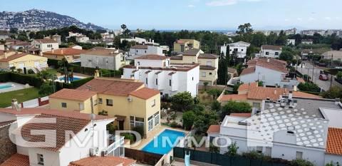 Zu verkaufen renovierte Wohnung mit zwei Schlafzimmern und eigenem Parkplatz in Roses, Costa Brava