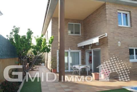 Hermosa casa unifamiliar de 6 dormitorios, amplio garaje y piscina en Els Grecs, Roses