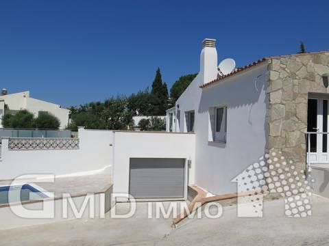 Casa reformada con piscina, jardín y vistas a la bahía de Roses Mas Fumats